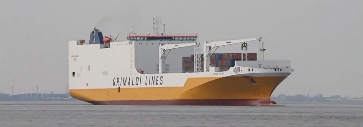 Grande Angola bei der Einfahrt in den Hamburger Hafen